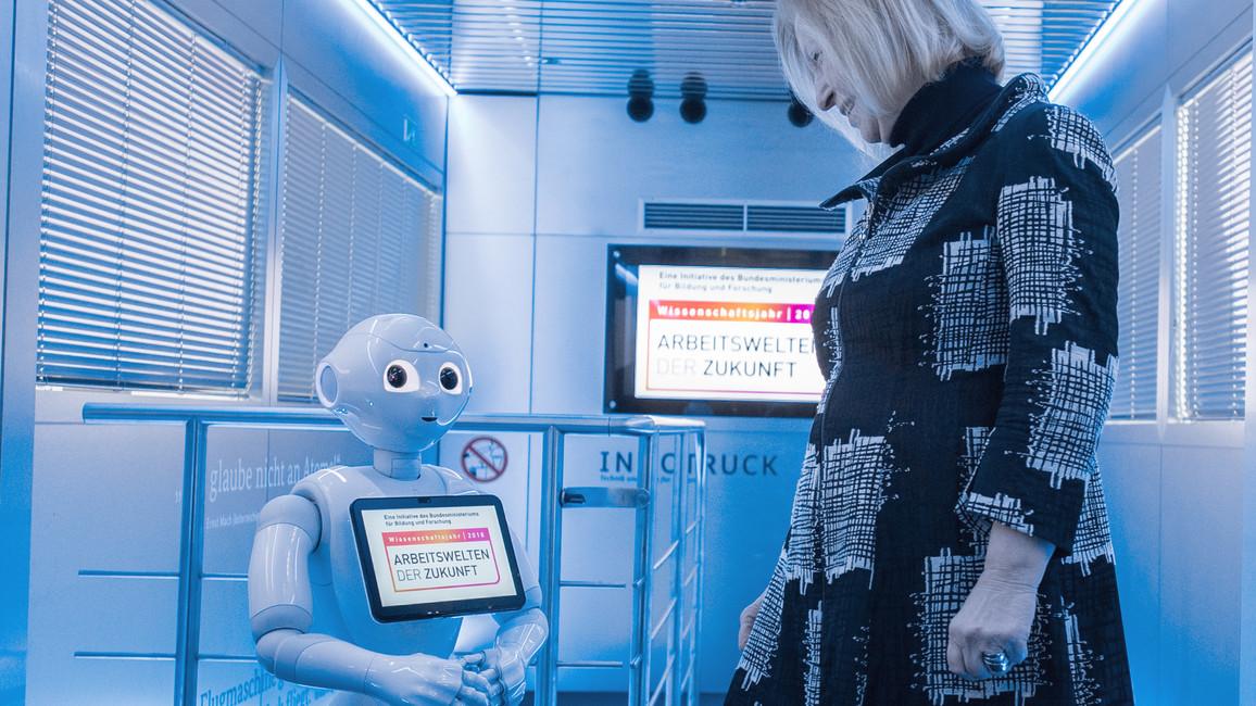 Roboter Emma beschreibt der Ministerin, was im InnoTruck zu sehen ist