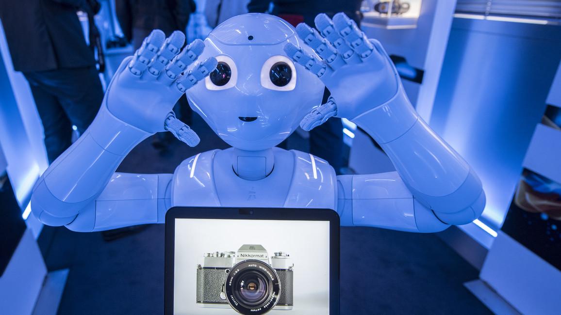 Roboter Emma fotografiert gern.