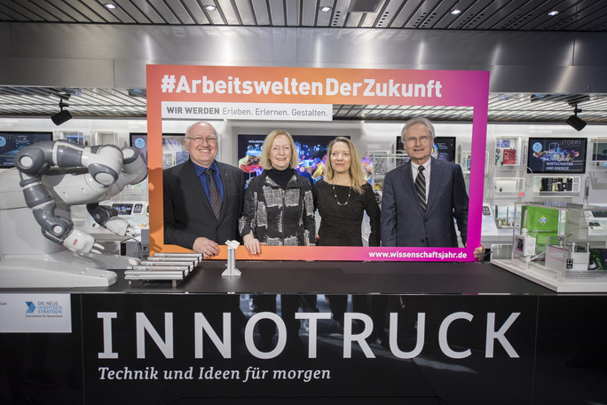 Bundesforschungsministerin Johanna Wanka eröffnet das Wissenschaftsjahr 2018 'Arbeitswelten der Zukunft' mit einem Besuch im InnoTruck