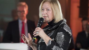 Bundesforschungsministerin Johanna Wanka begrüßt die Fach-Community zurPodiumsdiskussion beim Auftakt des Wissenschaftsjahres 2018 – Arbeitswelten der Zukunft.