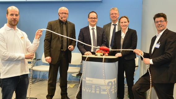 Die Bildungscloud Niedersachsens und die Schulcloud des BMBF werden verbunden: Jan Renz (HPI), Michael Sternberg (n-21), Minister Grant Hendrik Tonne, Prof. Christoph Meinel, Melanie Rüther (BMBF), Jan ter Haseborg (n-21). (v.l.n.r.)
