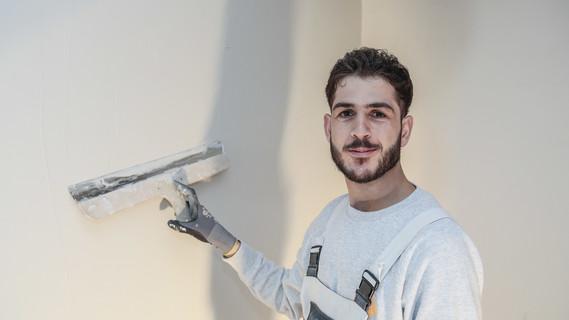"""Husein Bakr erlernt bei der Bauservice Großenhain GmbH in Leipzig den Beruf des Maurers. Der 23 Jahre alte Syrer bringt bereits Berufserfahrung mit: """"Ich habe im Libanon drei Jahre als Maurer gearbeitet""""."""