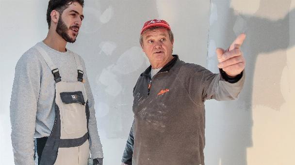 """Polier Gerhard Marr gibt Husein Bakr auf der Baustelle Anweisungen: """"Wir sind sehr zufrieden mit unseren Auszubildenden"""", berichtet Marr an seinem letzten Arbeitstag vor dem Renteneintritt."""