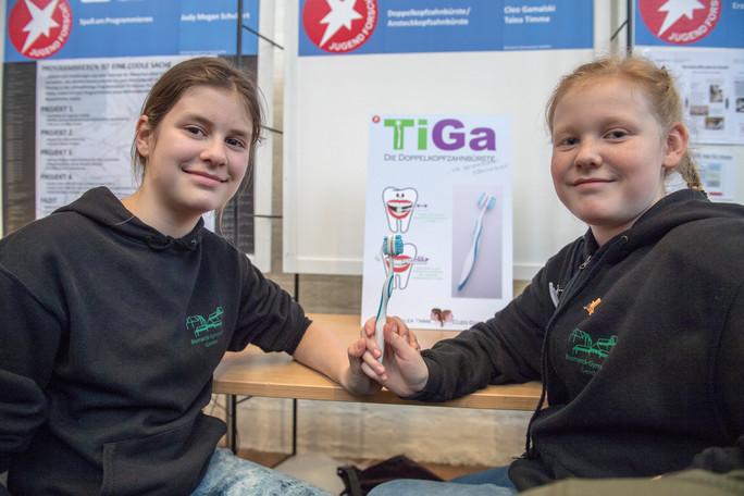Zeit sparen beim Zähneputzen - Cleo Gamalski und Talea Timme entwickelten eine Doppelkopfzahnbürste