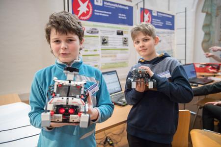 Felix König und Nils Paproth präsentieren ihre autonom fahrenden LEGO-Mindstorms