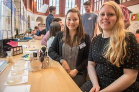 Gibt es Bakterien im Make-UP? - Johanna Zobel und Klara-J. Hinkeldey fanden die Antwort.
