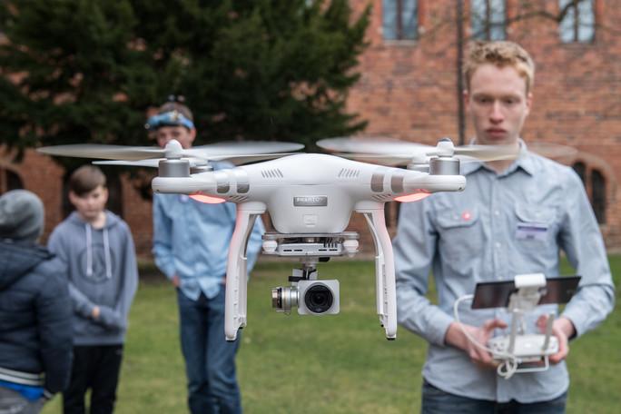 Tim Hahnemann bei der Vorführung einer seiner Drohnen