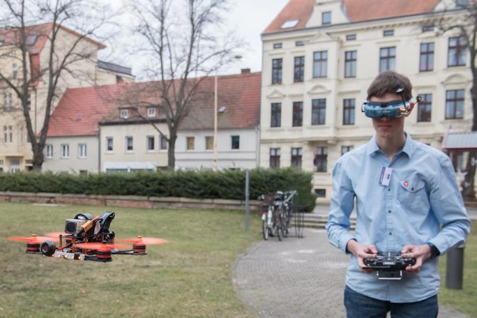 Finn Fuchs lässt eine seiner Drohnen fliegen. Gesteuert wird diese mithilfe einer 3D-Brille. Damit kann Finn jederzeit den Flug mitverfolgen.