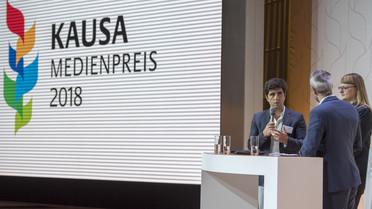 Als Vertreter der Jury erläuterten Jaafar Abdul Karim (li.) und Joanna Stolarek im Gespräch mit dem Moderator Michel Abdollahi die Auswahl der Preisträger
