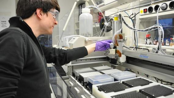 Ein Wissenschaftler bedient im Labor ein Massenspektrometer.