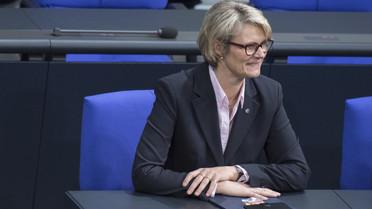 Anja Karliczek, Bundesministerin für Bildung und Forschung, hat auf der Regierungsbank Platz genommen