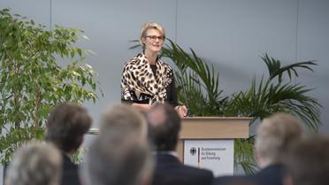 Die neue Bundesministerin für Bildung und Forschung, Anja Karliczek, freut sich auf ihre neue Aufgabe.