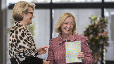 Zum Abschied überreicht Bundesministerin Anja Karliczek Johanna Wanka ein Geschenk.