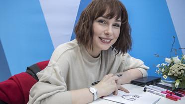 Inga Steinmetz portraitiert Gäste auf dem Stand der AlphaDekade im Manga-Stil