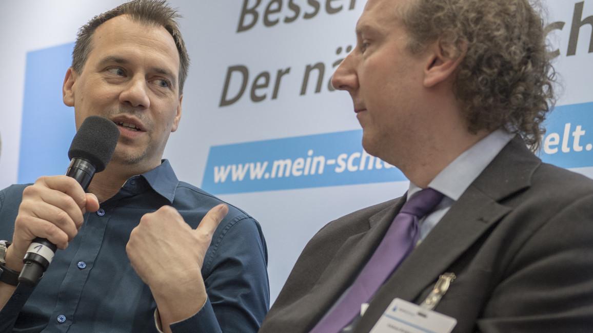 Krimi-Autor Sebastian Fitzek am Stand der AlphaDekade auf der Leipziger Buchmesse