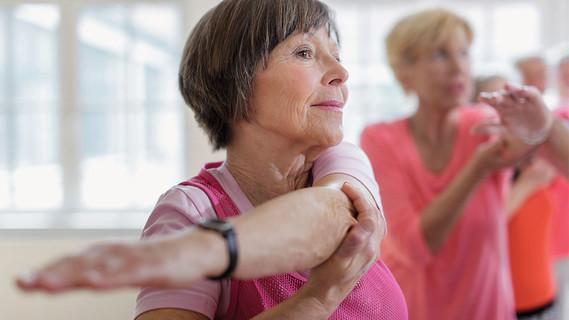 Ältere Menschen bei Kräftigungs- und Dehnübungen