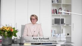 Poster zum Video Ostergruß von Bundesministerin Karliczek