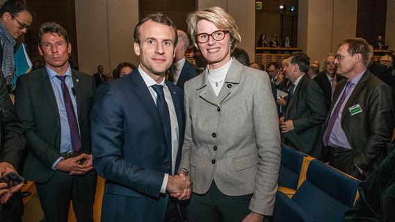 Präsident Emmanuel Macron begrüßt Bundesministerin Anja Karliczek