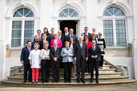 Gruppenbild der Bundesministerinnen und Bundesminister vor Schloss Meseberg