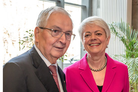 Cornelia Quennet-Thielen, Staatssekretärin im Bundesministerium für Bildung und Forschung, neben Klaus Töpfer.