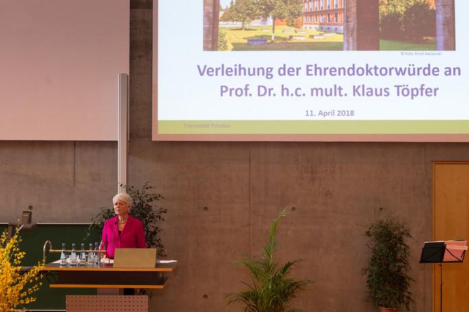 Cornelia Quennet-Thielen, Staatssekretärin im Bundesministerium für Bildung und Forschung, während ihrer Festrede im Rahmen der Verleihung der Ehrendoktorwürde der Universität Potsdam an Klaus Töpfer.