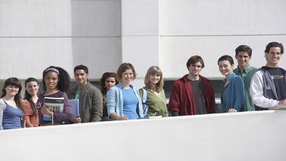 Studenten stehen auf dem Weg zur Universität, Porträt, Draußen