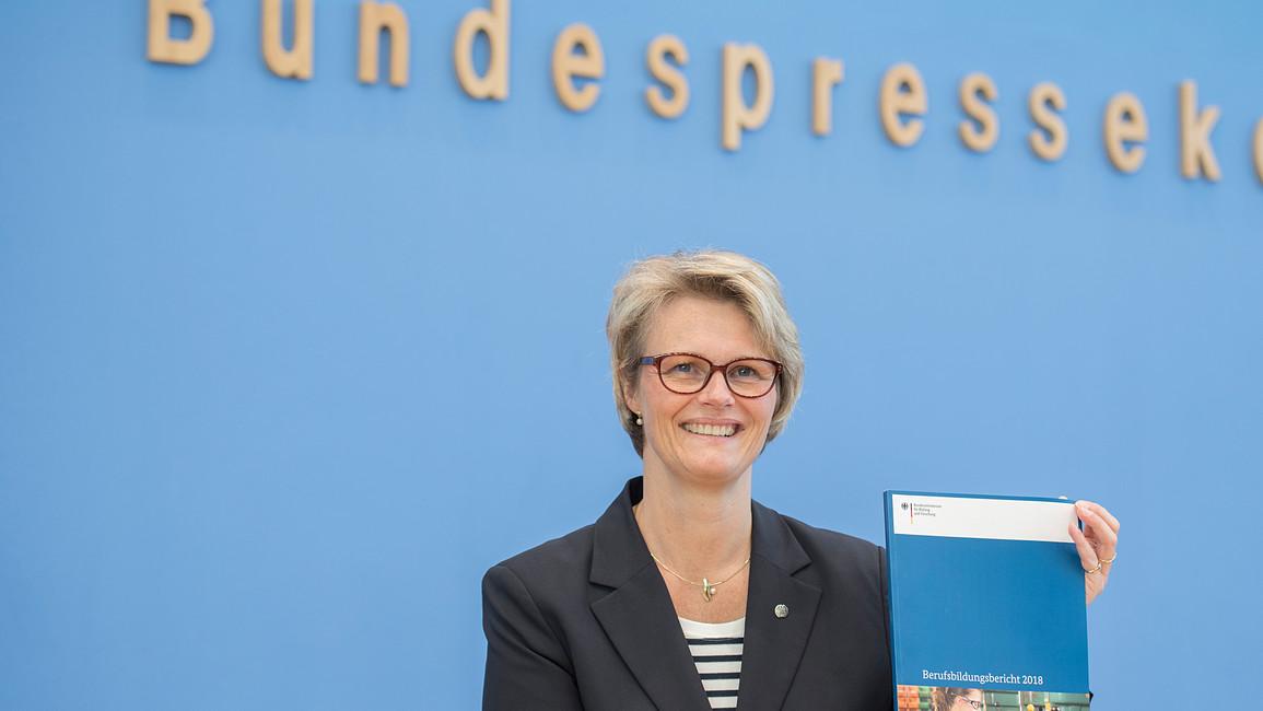 Bundesbildungsministerin Anja Karliczek stellt in der Bundespressekonferenz den Berufsbildungsbericht 2018 vor