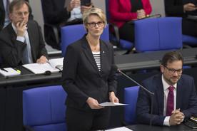 Bundesministerin Anja Karliczek stellt im Rahmen der Fragestunde der Bundesregierung den Berufsbildungsbericht 2018