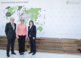 Bundesministerin Anja Karliczek neben Christine Lang und Joachim v. Braun, vom German Bioeconomy Council
