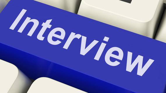 Das Wort Interview auf einer Computertaste.