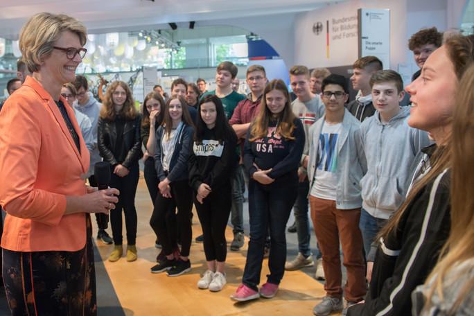 Bundesbildungsministerin Anja Karliczek spricht mit Schülerinnen und Schülern der Gesamtschule Verl über berufliche Bildung.