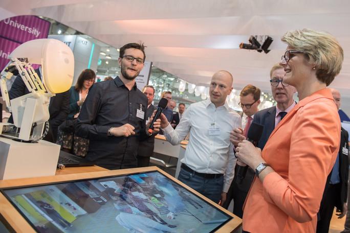 Sebastian Reichel stellte Bundesforschungsministerin Karliczek das Projekt &quotMTI-engAge&quot vor: Ziel des Projekts ist es, dass sich Roboter flexibler verhalten – und gleichzeitig ihre Absichten verständlich kommunizieren.