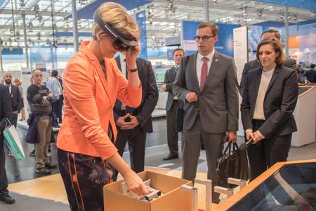Bundesforschungsministerin Karliczek testet das Innovationslabor: Dort werden kooperative Arbeitsprozesse simuliert, getestet und verglichen.