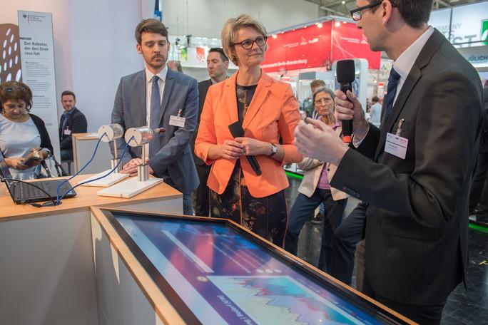 Stefan Seidelmann präsentiert das Projekt SynErgi: In dem Kopernikus Projekt erforschen Wissenschaftler unter anderem Lösungen zur Speicherung regenerativer Energie.