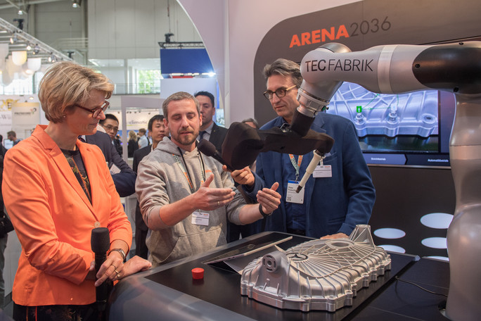 Der Roboter, der am Forschungscampus ARENA 2036 entwickelt wurde, kann intuitiv und ohne Roboter- oder Programmierkenntnisse bedient werden: So können Mensch und Roboter ohne trennende Schutzscheibe zusammenarbeiten.