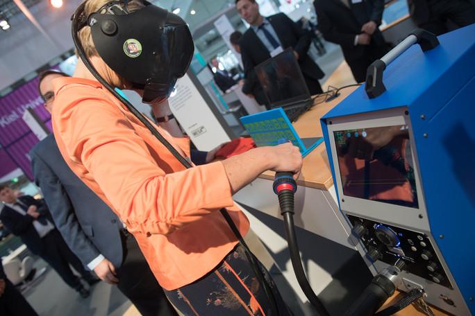 Wie funktioniert virtuelles Schweißen? Bundesbildungsministerin Karliczek erprobt, wie Azubis gefahrlos das Schweißen lernen können.