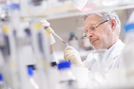 Biowissenschaftler forscht im Labor