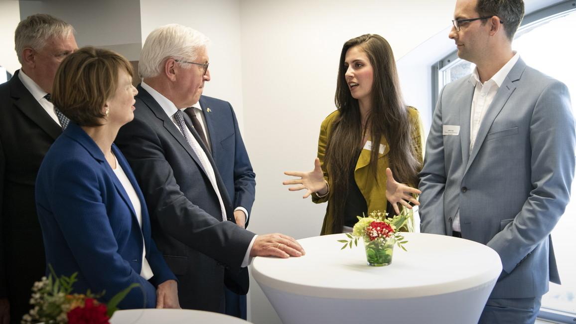 Im Rahmen der Woche der beruflichen Bildung informierten sich Bundespräsident Frank-Walter Steinmeier und seine Frau, Elke Büdenbender, vor Ort über die Arbeit der Servicestelle