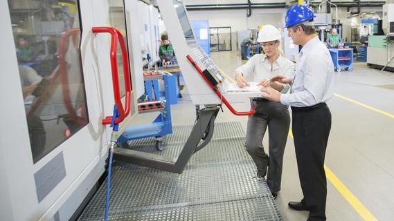 Manager und Ingenieur programmieren A CNC