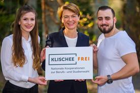 Elke Büdenbender mit Jessica Gosse (links) und Alexander Tyzaj (rechts). Die junge Frau und junge Mann haben sich für einen Beruf entschieden, in dem eher wenig Frauen bzw. Männer arbeiten. Jessica Gosse ist angehende Mikrotechnologin und Alexander Tysaj ist Zahnmedizinischer. Fachangestellter.