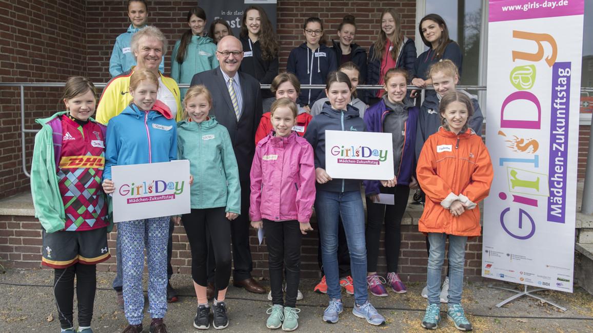 Michael Meister, Parlamentarischer Staatssekretär bei der Bundesministerin für Bildung und Forschung, besucht den Girl's Day am Olympiastadion