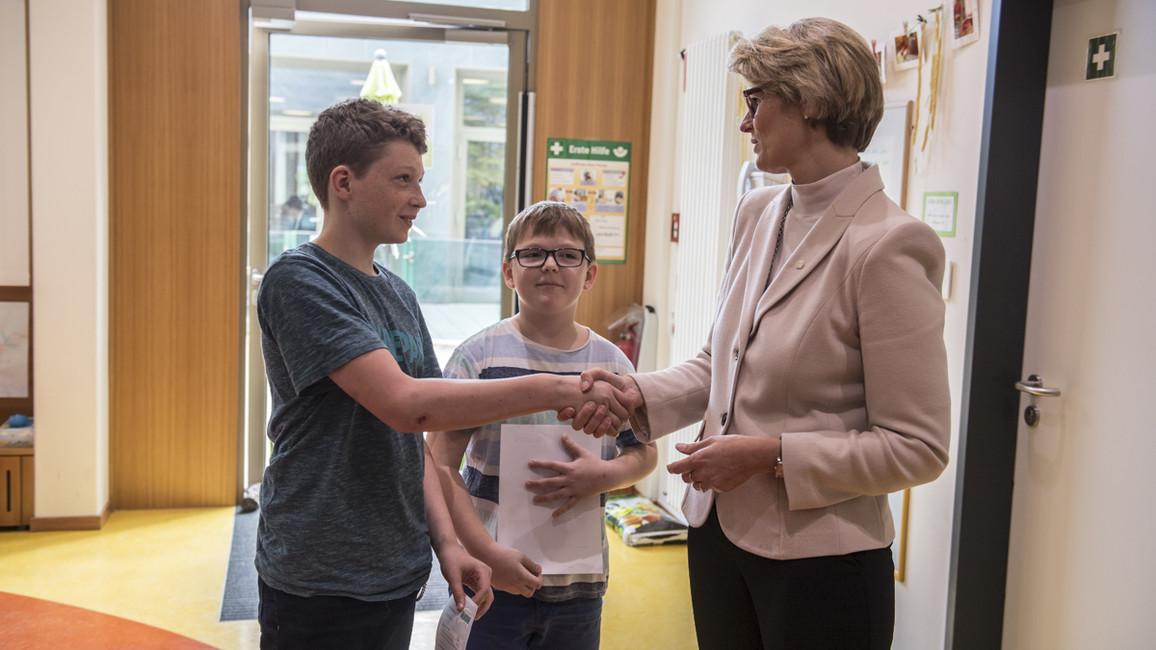 Bundesministerin Anja Karliczek begrüßte in der Kita des BMBF Lukas und Timo
