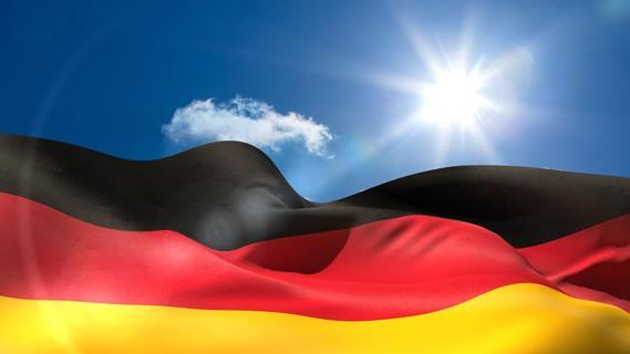 Deutsche Nationalflagge unter sonnigem Himmel
