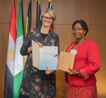 Bundesministerin Anja Karliczek zeichnet Angella Musiimenta von der Mbarara University of Sciene and Technology (MUST), Uganda, aus.