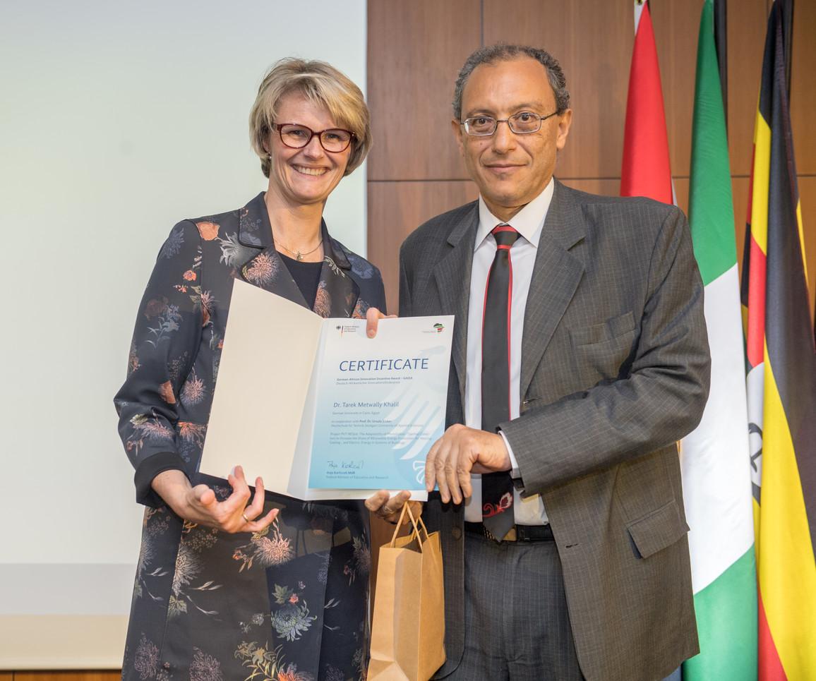 Bundesministerin Anja Karliczek zeichnet Tarek Metwally Khalil von der German University in Cairo, Egypt, aus.