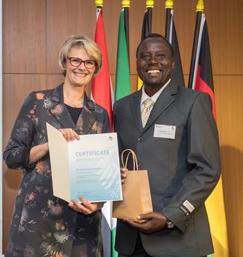 Bundesministerin Anja Karliczek zeichnet Isaiah Etemo Muchilwa, Moi University, Eldoret, Kenia, aus.