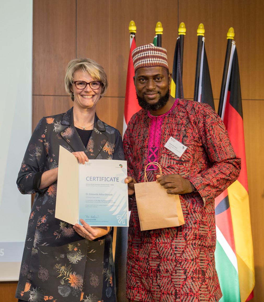 Bundesministerin Anja Karliczek zeichnet Kolawole Adisa Olonade, University of Lagos, Lagos, Nigeria, aus.