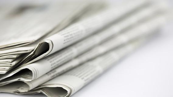 Zeitung isoliert auf wei�em Hintergrund