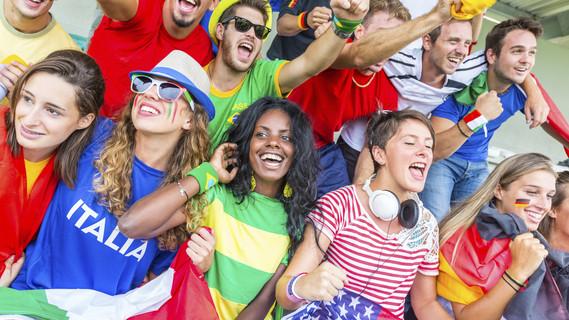 Fußballfans unterschiedliche Nationen jubeln gemeinsam im Stadion.