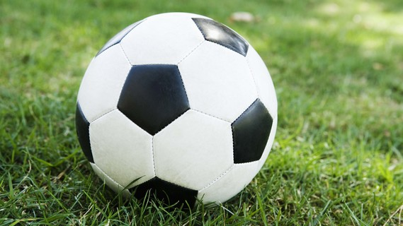 Fußball auf einer Rasenfläche
